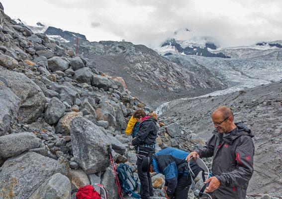 Szenenwechsel; endlich wieder mal Gletscher. Mit Wädi`s Gruppe steigen wir zur Monte Rosa Hütte hoch
