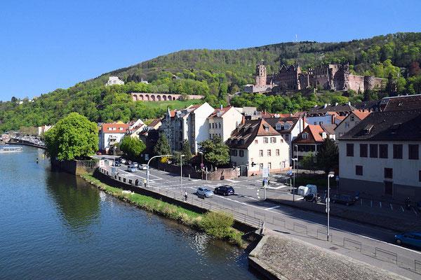 Vue du bas de la ville avec le château en surplomb