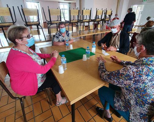 A table, la bonne distance avec le masque et la bouteille d'eau individuelle