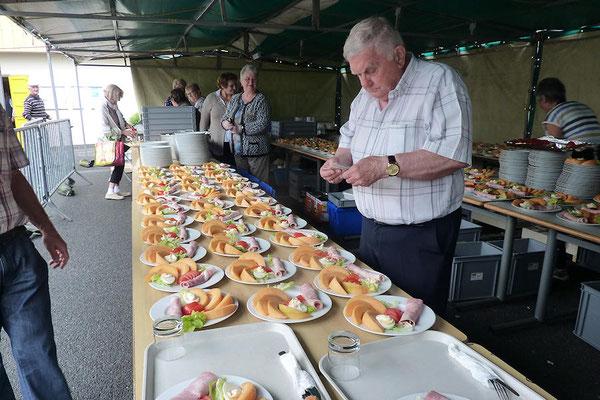Gérard Molinier responsable repas nous montre le beau travail de préparation