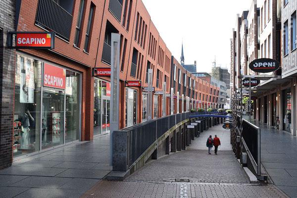 La rue Mariken aux façades penchées