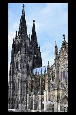 Cathédrale de style gothique, elle occupe une surface au sol qui approche les 8 000 mètres carrés avec une façade qui dépasse les 7 000 mètres carrés