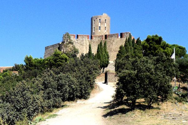 Fort Saint Elme - Terminal du petit train et vue sur Collioure