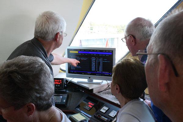 Découverte des équipements de la timonerie et des règles de navigation sur le Rhin