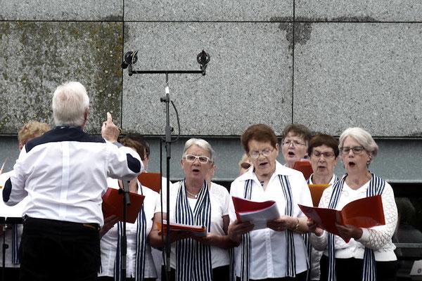Trois adhérentes du club de Domalain chantent avec la chorale de La Guerche