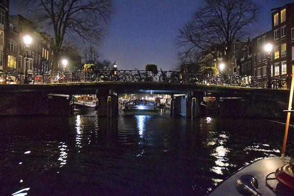 165 canaux, 1281 ponts, des vélos au repos sur ces ponts et aussi sous notre bateau !