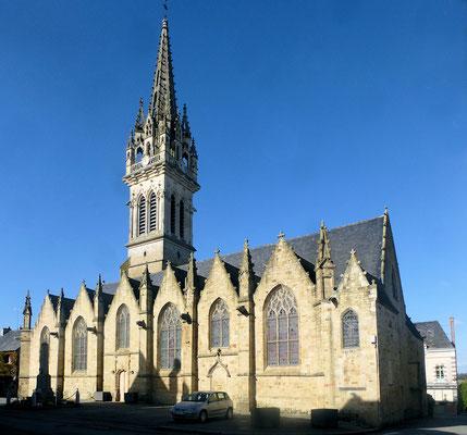 La flèche du clocher de l'église qui s'élève à 63 mètres fut relevée en 1894 (renversée par l'ouragan de de1705))