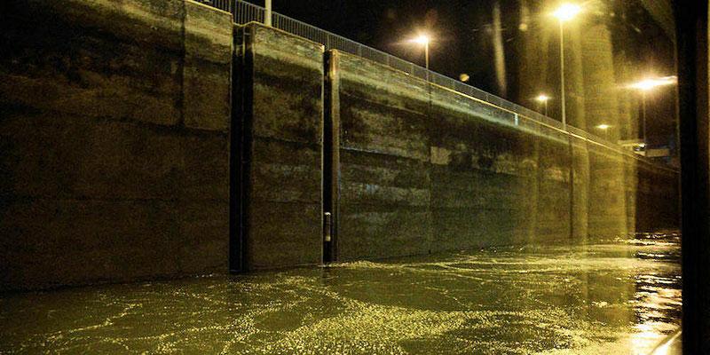 Ecluse de Gambsheim : 4h27 du matin, le remplissage du sas est commencé - Les sas mesurent 270m en longueur, 24m en largeur et ont une hauteur de 12 à 13 mètres