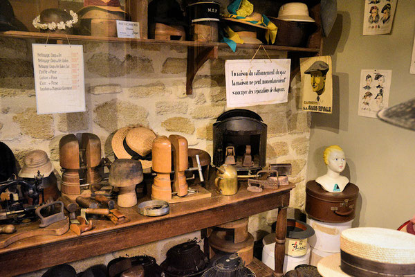 Réparation des chapeaux : pour cause de rationnement de gaz il faudra revenir plus tard, nous sommes prévenus . . . c'est affiché !