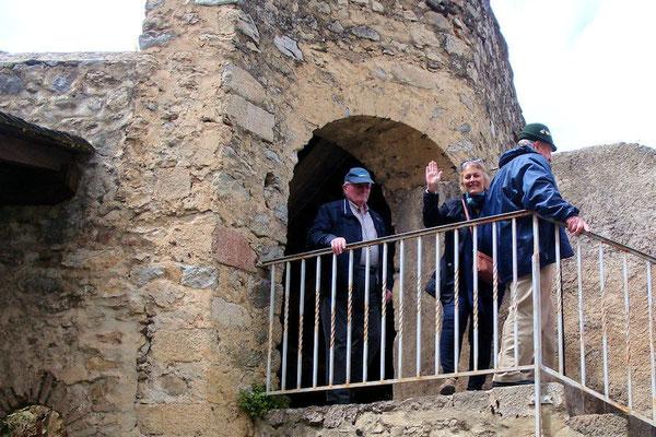 Louis Perrin responsable car et Annick notre guide sur les remparts de Villefranche de Conflent