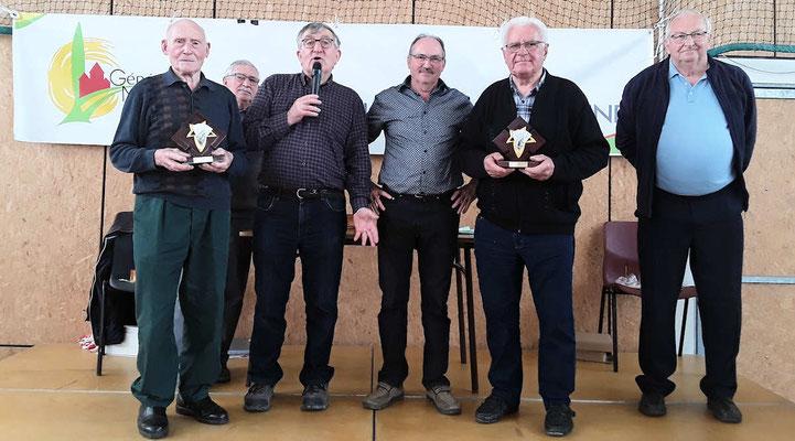 Les 2 personnes de l'équipe gagnante de Javené ont reçu chacune un trophée