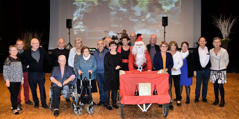 Le Père Noël avec les membres du bureau et leurs conjoints ou conjointes