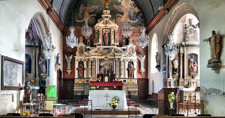 Maître autel retable construit en 1952 par l'architecte retablier Pierre Corbineau