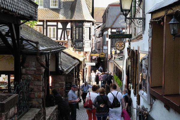 La Drosselgasse : une rue pavée piétonne avec ses restaurants, ses bars à vins, toute une ambiance festive avec des chanteurs et des musiciens de musique traditionnelle