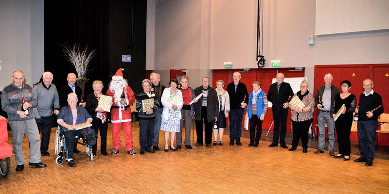 Les adhérents de 70 80 et 90 ans posent avec le Père Noël