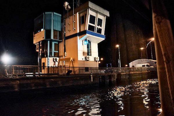 Le temps de passage aux écluses de Gambsheim incluant les manoeuvres des portes, des vannes, le remplissage et la vidange est de 15 minutes par bateau