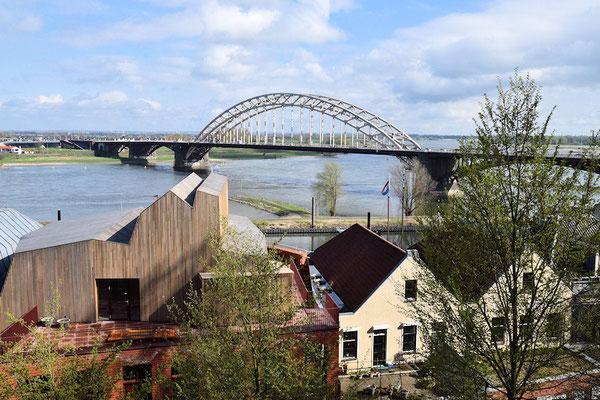 Le pont sur le Waal, un des 2 bras du Grand Delta du Rhin