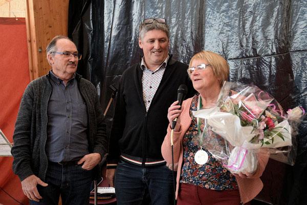 Yannick Fouet, notre maire récompensant  Mme Godet Thérèse pour ses 6 ans au CA et adhérente depuis 2009