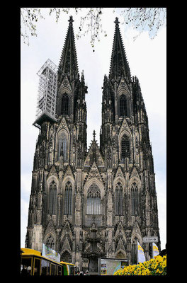 Les tours Nord et Sud avec 533 marches mesurent 157 mètres de haut