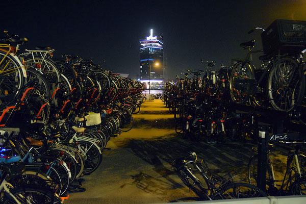 A qui sont ces vélos, le vélo de Maarten c'est le 22ème dans la file du bas à gauche, et celui de Hendrika le 58ème dans la file du haut à droite, mais comment font-ils pour les récupérer ?