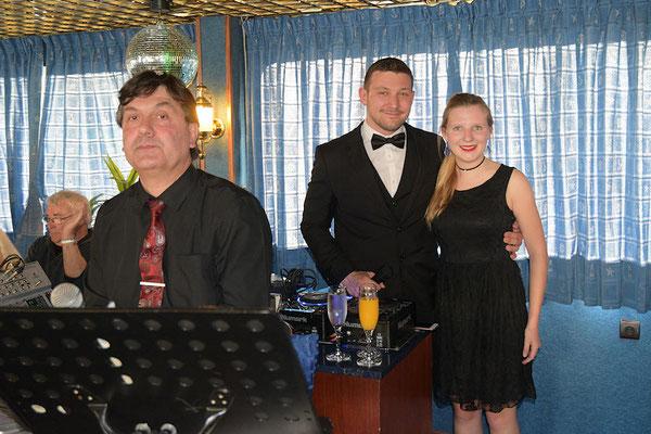 Sergueï au piano bar, Valentin notre animateur et Léa notre animatrice