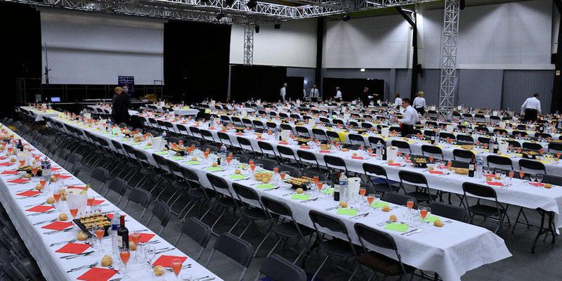 Tables du grand restaurant : derniers préparatifs avant l'arrivée des convives