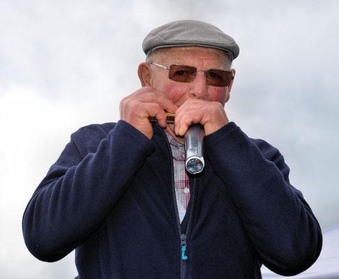 Avec Raymond Liger un petit air d'harmonica venu de Louvigné de Bais