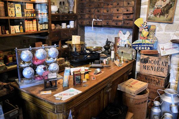 La boutique de l'Epicier avec la balance pour le service à la demande en vrac
