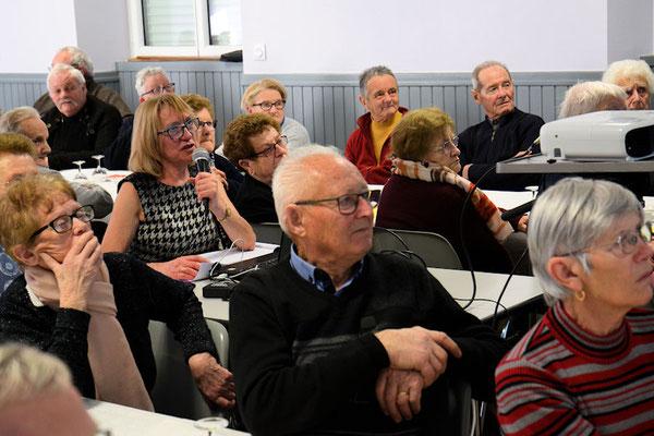 Marie-Thé Poulard à l'ordinateur pour la présentation au vidéo projecteur
