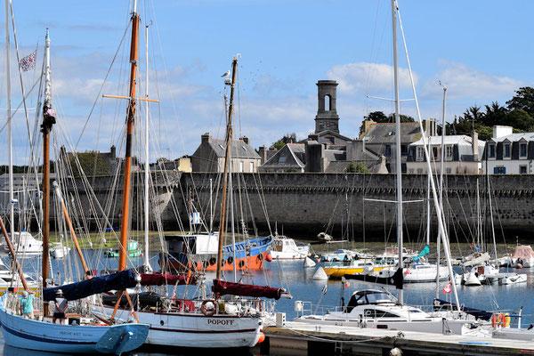 Le port de pêche et la tour du fronton de l'ancienne église Saint-Guénolé