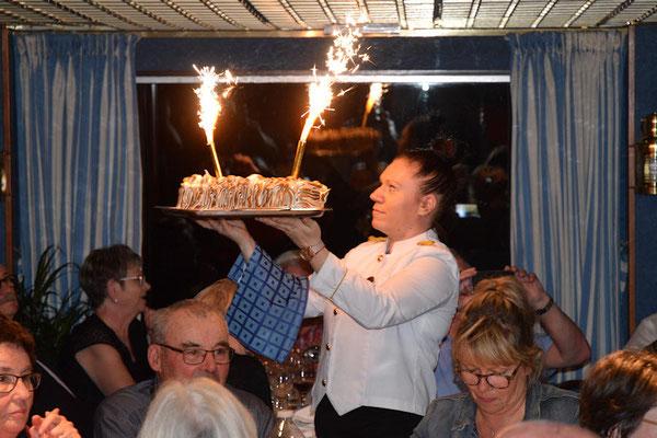 Et pour le dessert, Helga avec une Omelette Norvégienne flambée au Grand Marnier