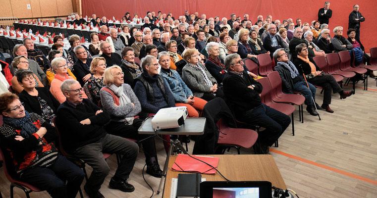 La salle des sports de Torcé devenue salle de cinéma pendant la vidéo projection