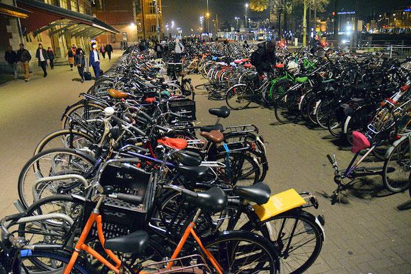 On compte 1,1 vélo par habitant à Amsterdam. Il y aurait entre 700 000 et 800 000 vélos et peut-être même plus, jusqu'à 1 million, un chiffre variable suivant nos différents interlocuteurs