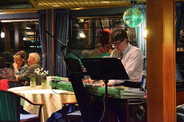 avec Sergueï au piano bar