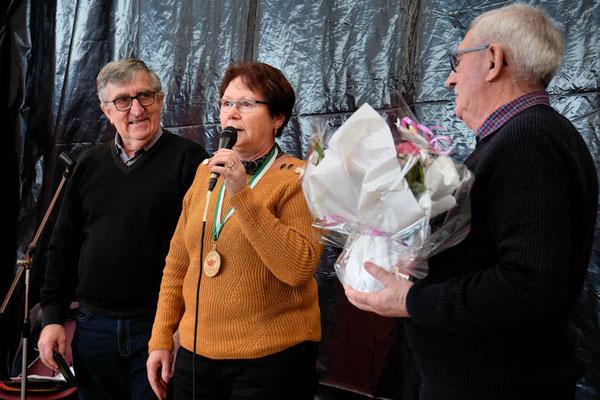 Jean-Pierre Mounier récompensant Mme Monnerie pour ses 12 ans au CA et adhérente depuis 2008