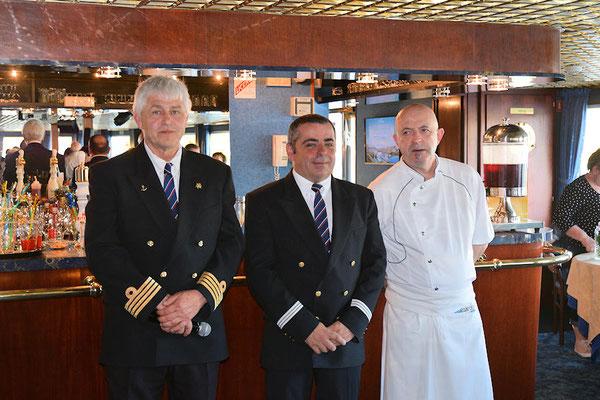 Soirée de gala : l'apéritif au salon bar avec Frank notre Commandant, Filipe notre Comissaire de bord et Bruno notre Chef des cuisines
