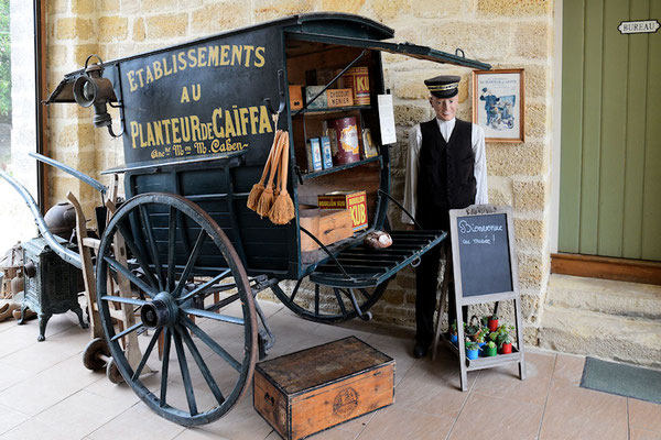 Bienvenue au musée où nous allons découvrir des boutiques avec leurs mobiliers et des marchandises.