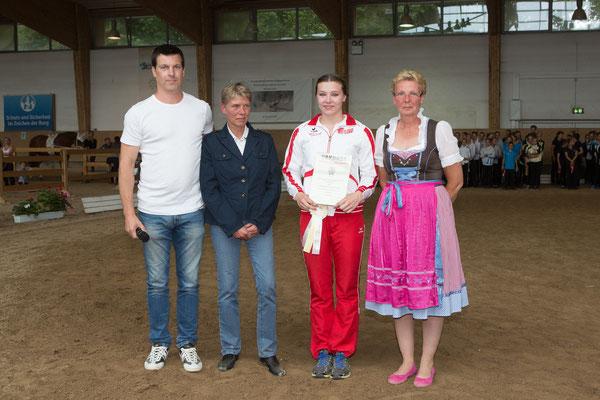 Der Regionalverband Franken zeichnete Franziska Wagenhäuser für ihre Erfolge als Juniorin mit der bronzenen Ehrennadel aus.