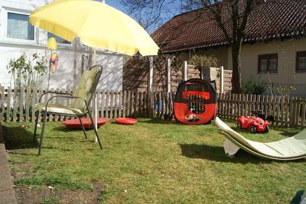 Welpenauslauf der Schapendoeszucht von Happy Shaggy Family im vorderen Teil des Gartens