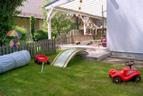 Welpenauslauf der Schapendoeszucht von Happy Shaggy Family im hinteren Teil des Gartens