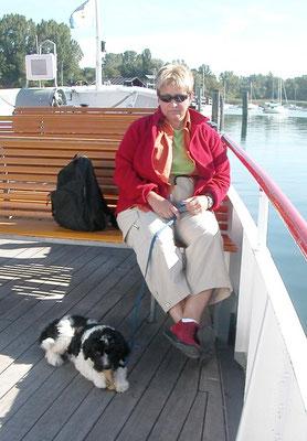 Schapendoes Haika mit Frauchen am Boot