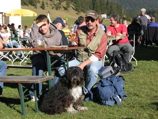 Schapendoes Eika darf auch im Biergarten dabei sein