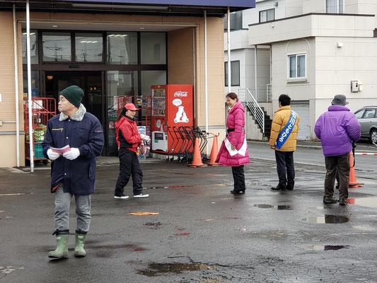 スーパーの前でお客様に挨拶をする石川さんとわたし