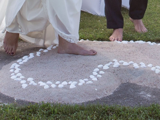 Brautpaar tritt bei freier Trauung zum Jawort in Herz aus Sand und Muscheln – Foto von Michele Albrecht