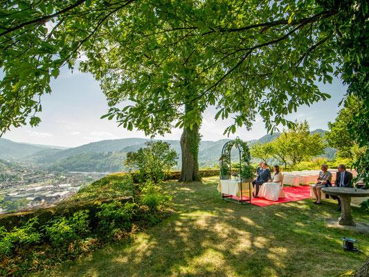 Freie Trauung im Sommer auf Burg Ebrstein – Foto von Stephan Kaminski