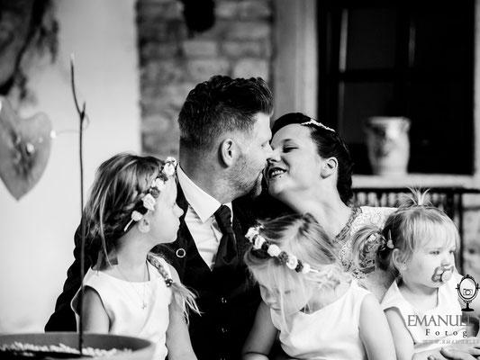 Brautpaar mit Kindern auf dem Schoß bei seiner freien Trauung – Foto von Emanuel Spiegel