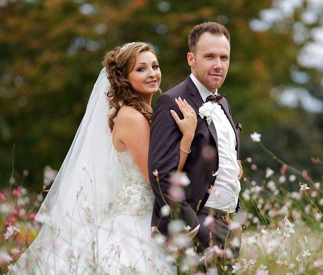 Elegantes Brautpaar bei prunkvoller Hochzeit