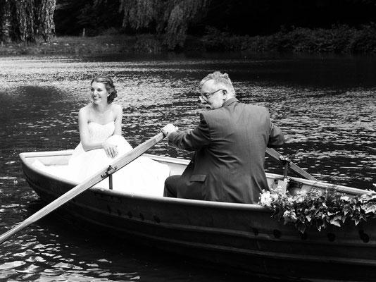 Braut wird vom Brautvater über den See zur freien Trauung gerudert – Foto von Thomas Lerch