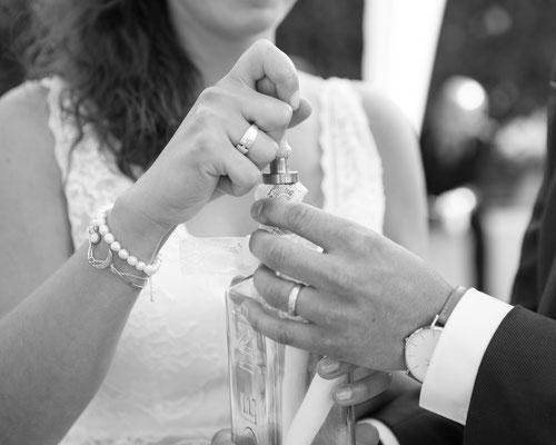 Versiegeln einer Flasche mit Liebesbotschaftn bei einer freien Trauung – Foto von Michele Albrecht