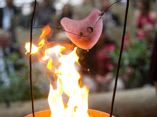 Ehering in Eisherz tauen bei freier Trauung über einer Feuerschale auf – Foto von Emanuel Spiegel